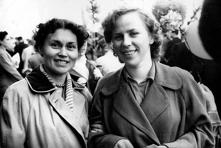 Zwei Freundinnen während der Feierlichkeiten am 1. Mai in Moskau