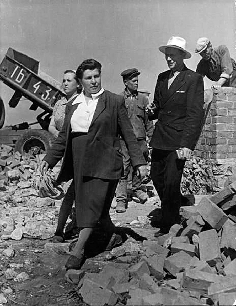 Vorsitzende einer Kolchose inspiziert eine Baustelle