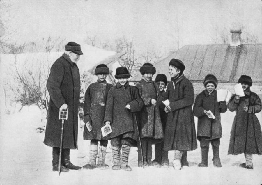 Lev Tolstói con los alumnos de Yásnaia Poliana,1908