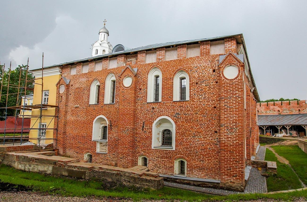 Škofijska palača (granitna palača) Novgorodskega kremlja.