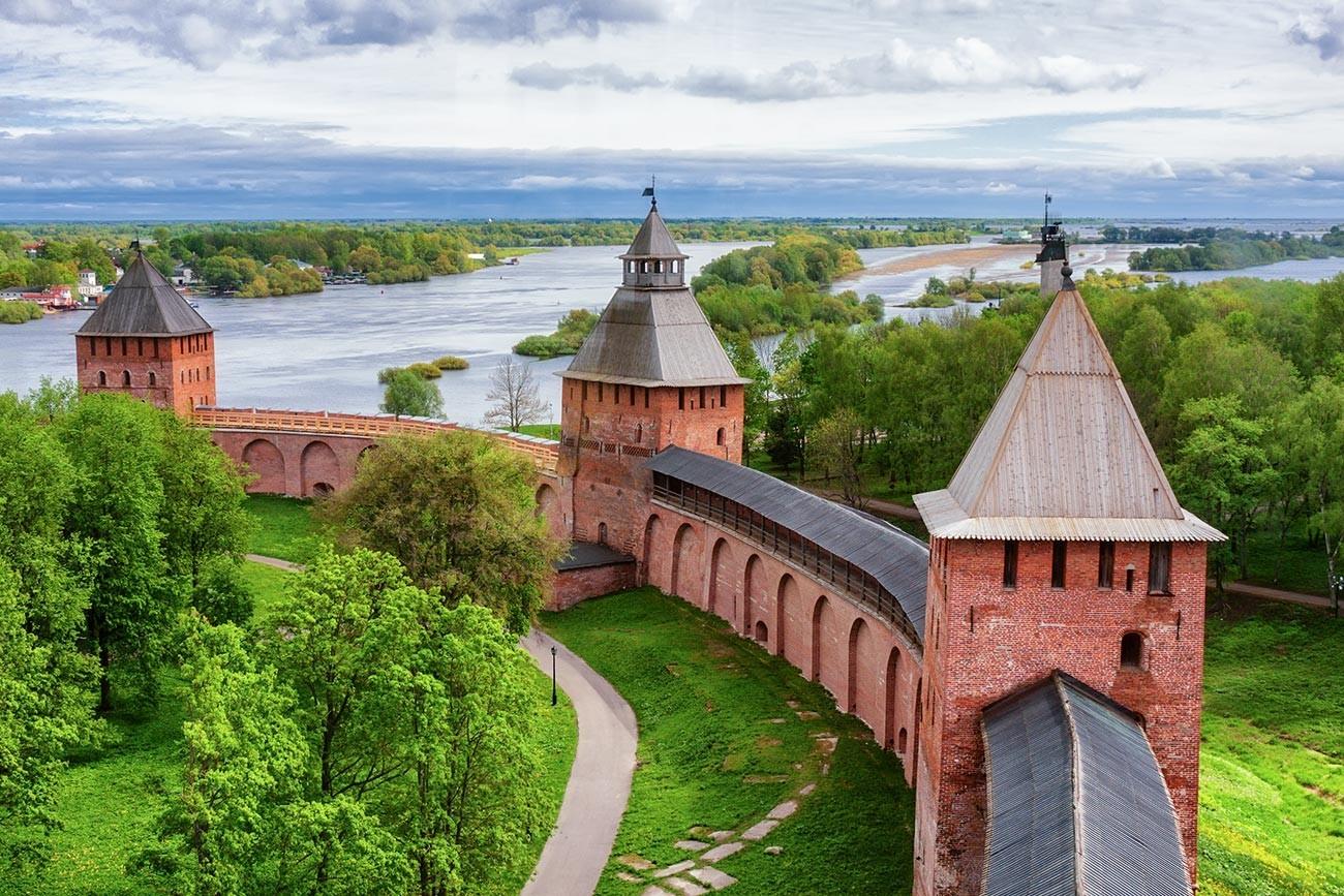 Zidovi in stolpi Novgorodskega detinca