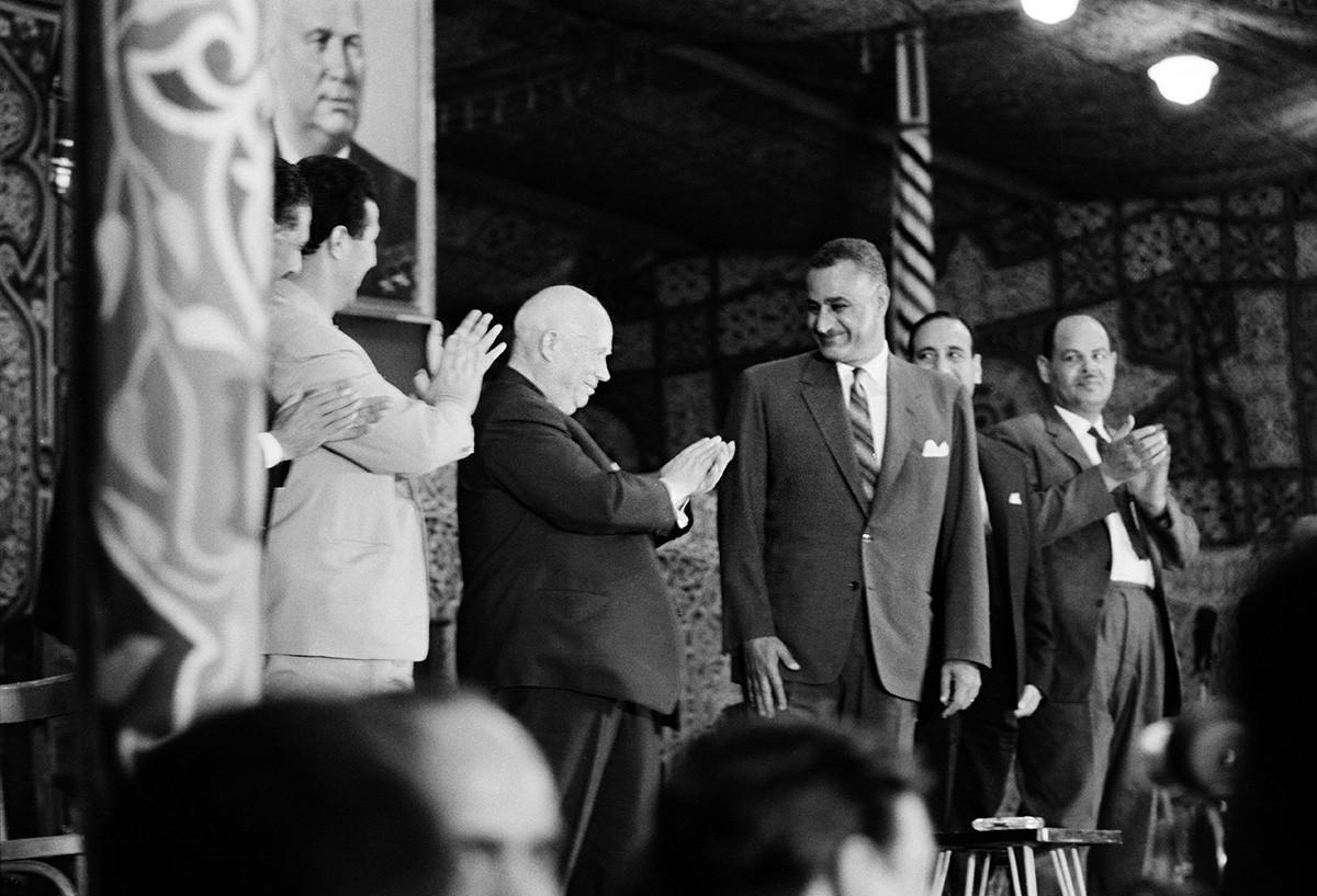 Le dirigeant soviétique Nikita Khrouchtchev (1894-1971, deuxième à droite) avec Ahmed Ben Bella (1916-2012, deuxième à gauche), président de l'Algérie, et le président égyptien Gamal Abdel Nasser (1918-1970, à droite) lors d'une visite au Caire, en Égypte, en mai 1964.