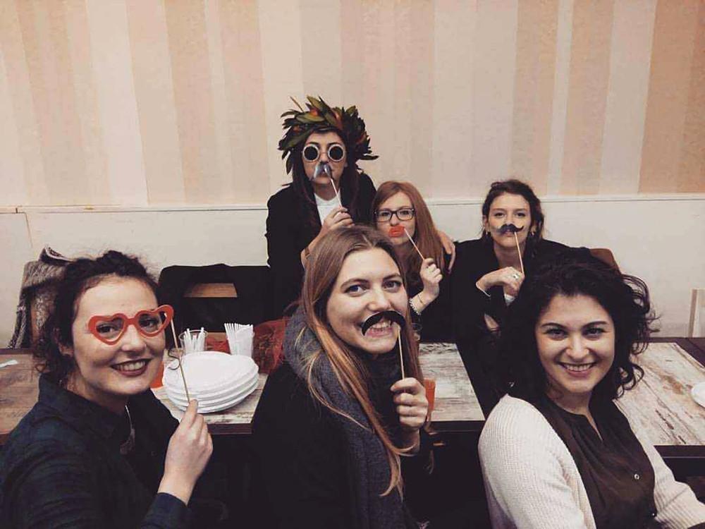 Chiara con un gruppo di amiche durante la sua festa di laurea, Milano 2016