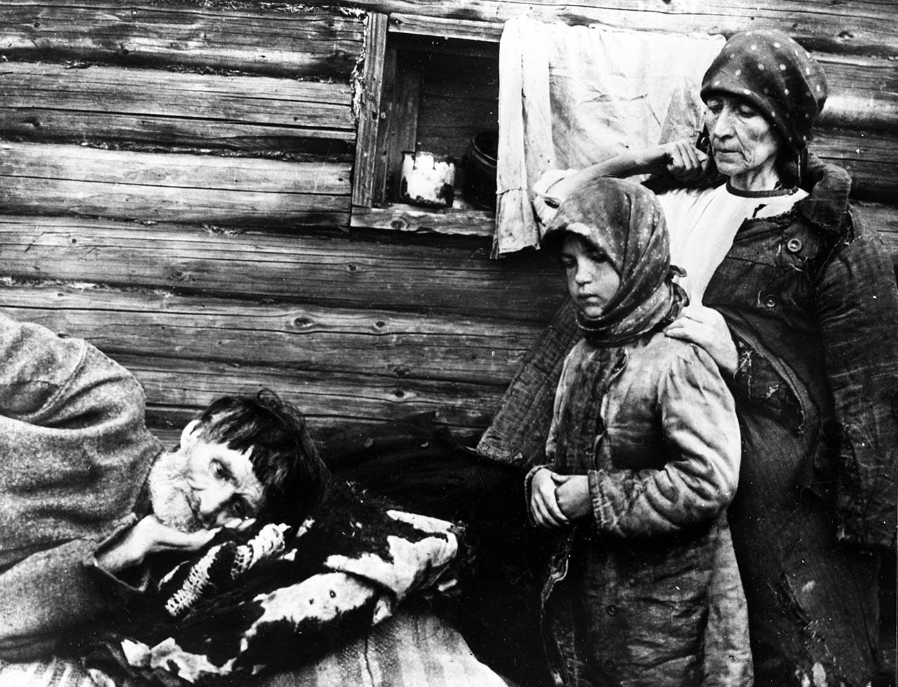 Семья голодающих в Поволжье, 1921 год.