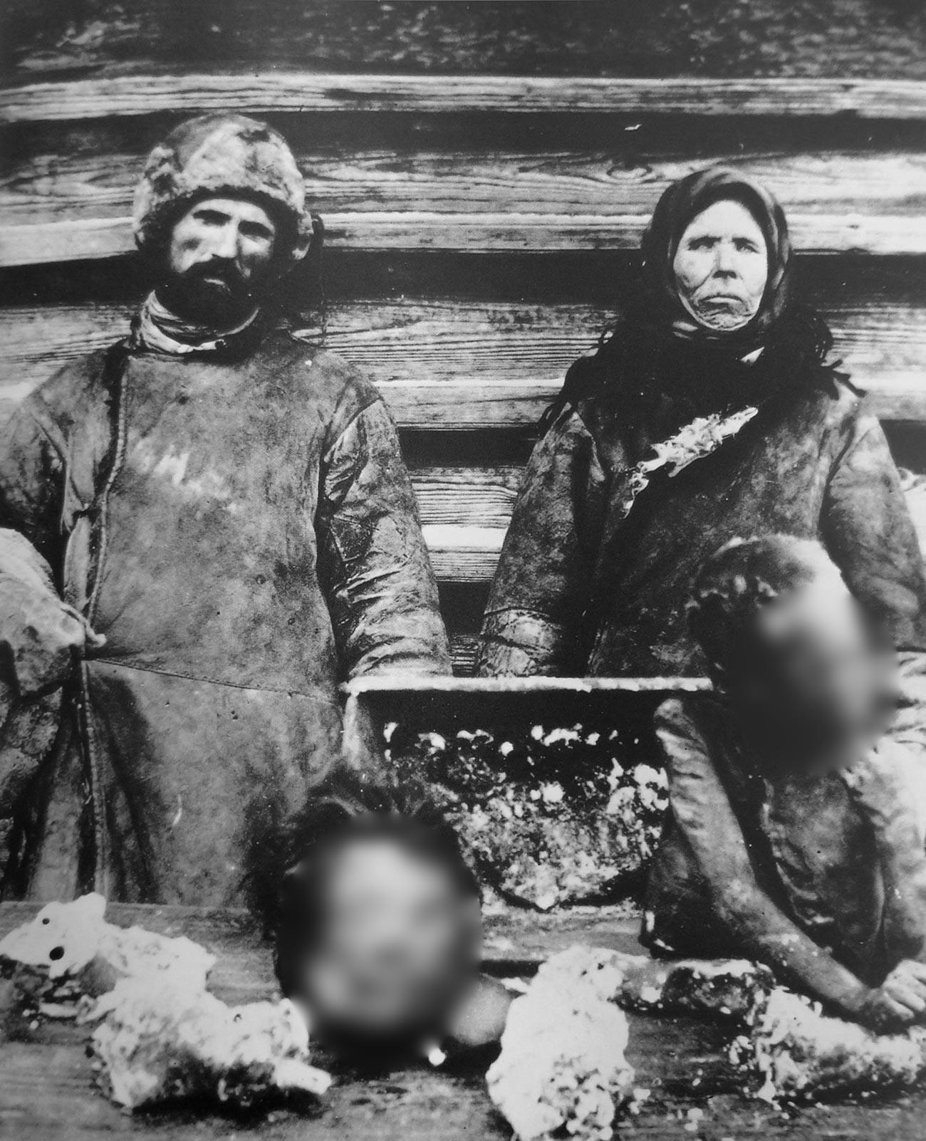 Каннибалы со своими жертвами в Самарской губернии, 1921 год.