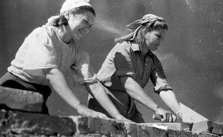 Девушки-строители