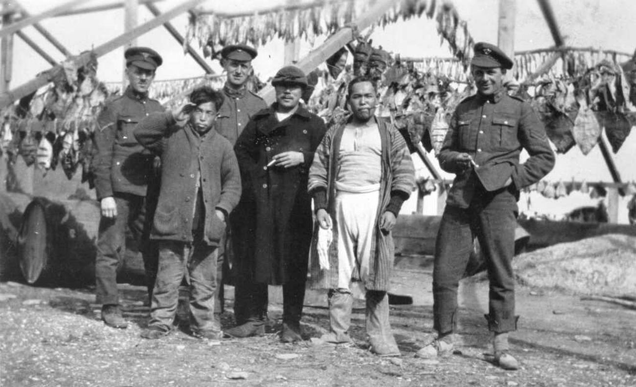 Kanadski vojaki z domačini