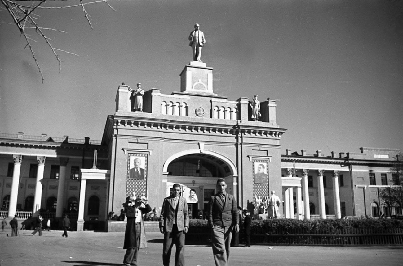 Gare ferroviaire à Achkhabad, capitale du Turkménistan, années 1940