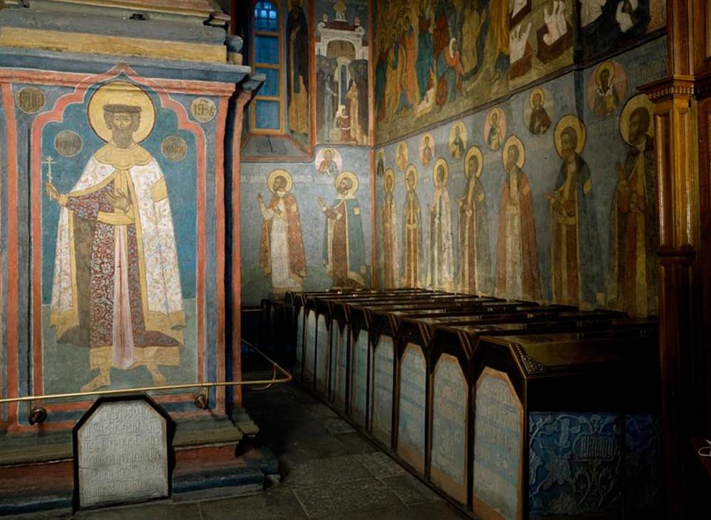 """Надгробни плочи покрај западниот ѕид на храмот """"Св. Архангели""""."""