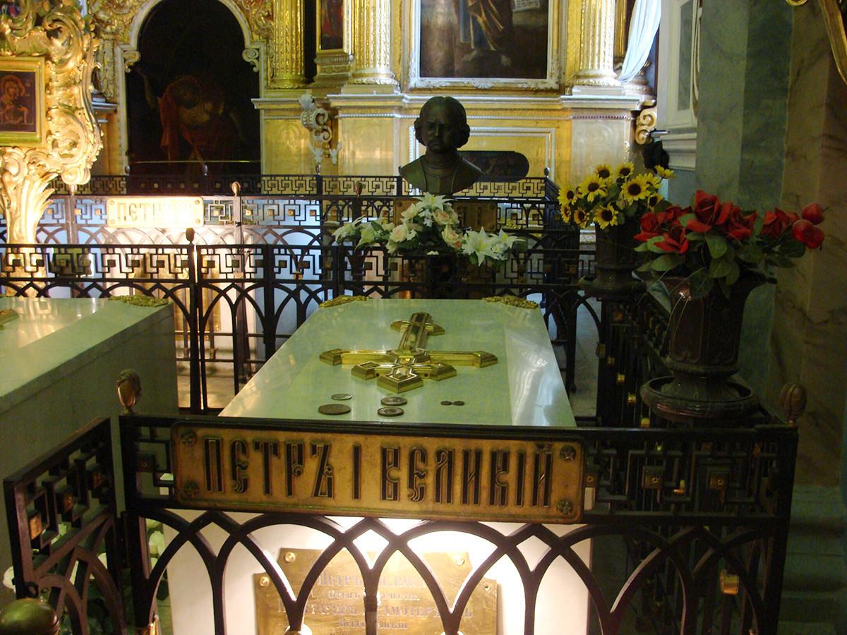 Надгробната плоча на гробот на императорот Петар I Велики во Петропавловскиот храм.