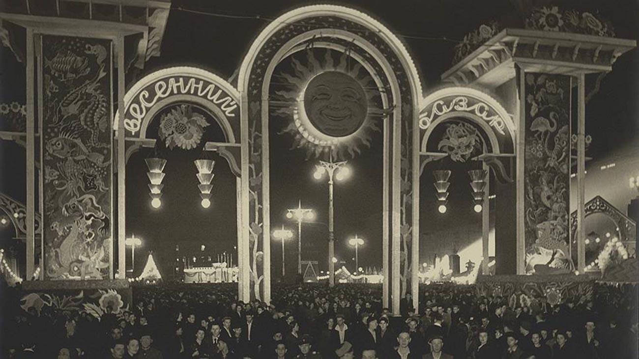 Foire de la Journée du Travail, sur la place Pouchkine, à Moscou, 1947