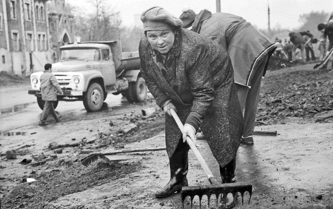Un soubbotnik, lorsque les citoyens se rassemblaient pour nettoyer les environs, 1975