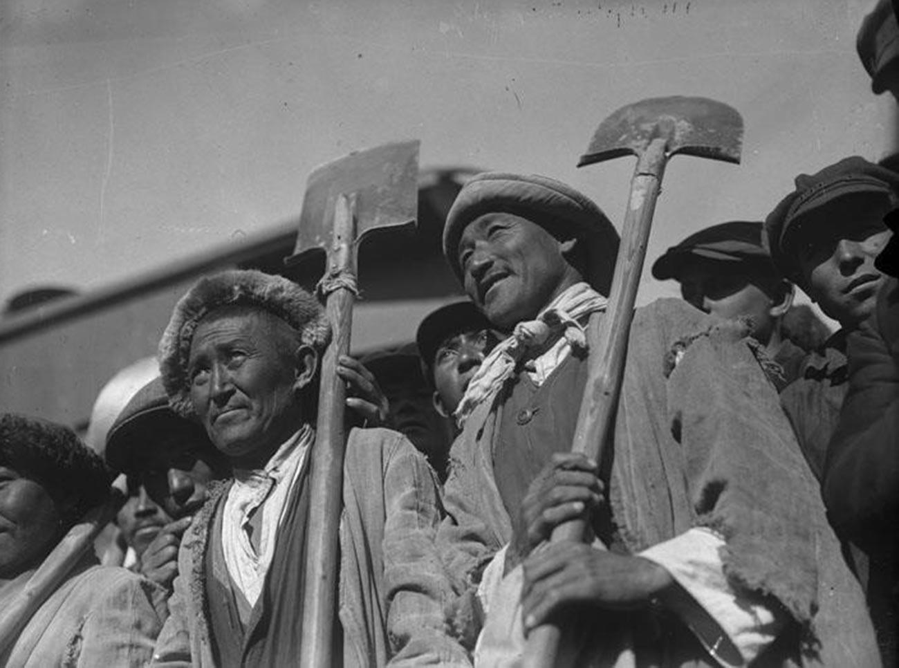 Казахски строители на Туркестанско-сибирската железопътна линия, един от основните строителни проекти на първия петгодишен план на индустриализацията на Сталин. Железопътната линия свързва Сибир с Казахстан и Киргизстан; 1930 г.