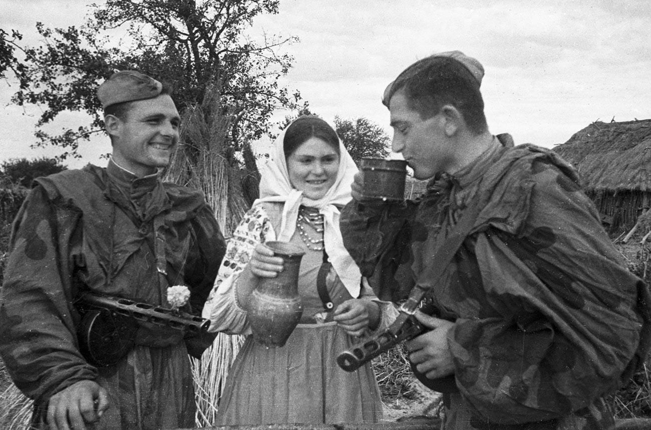 Una campesina invita a leche a unos soldados soviéticos