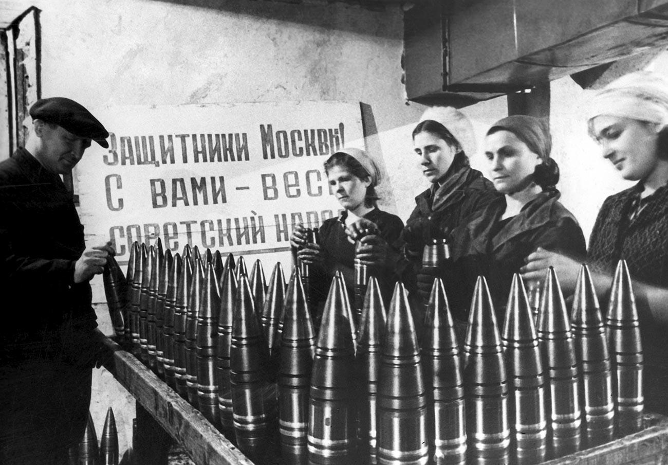 La Gran Guerra Patria de 1941-1945. Producción de munición en una fábrica de Moscú.