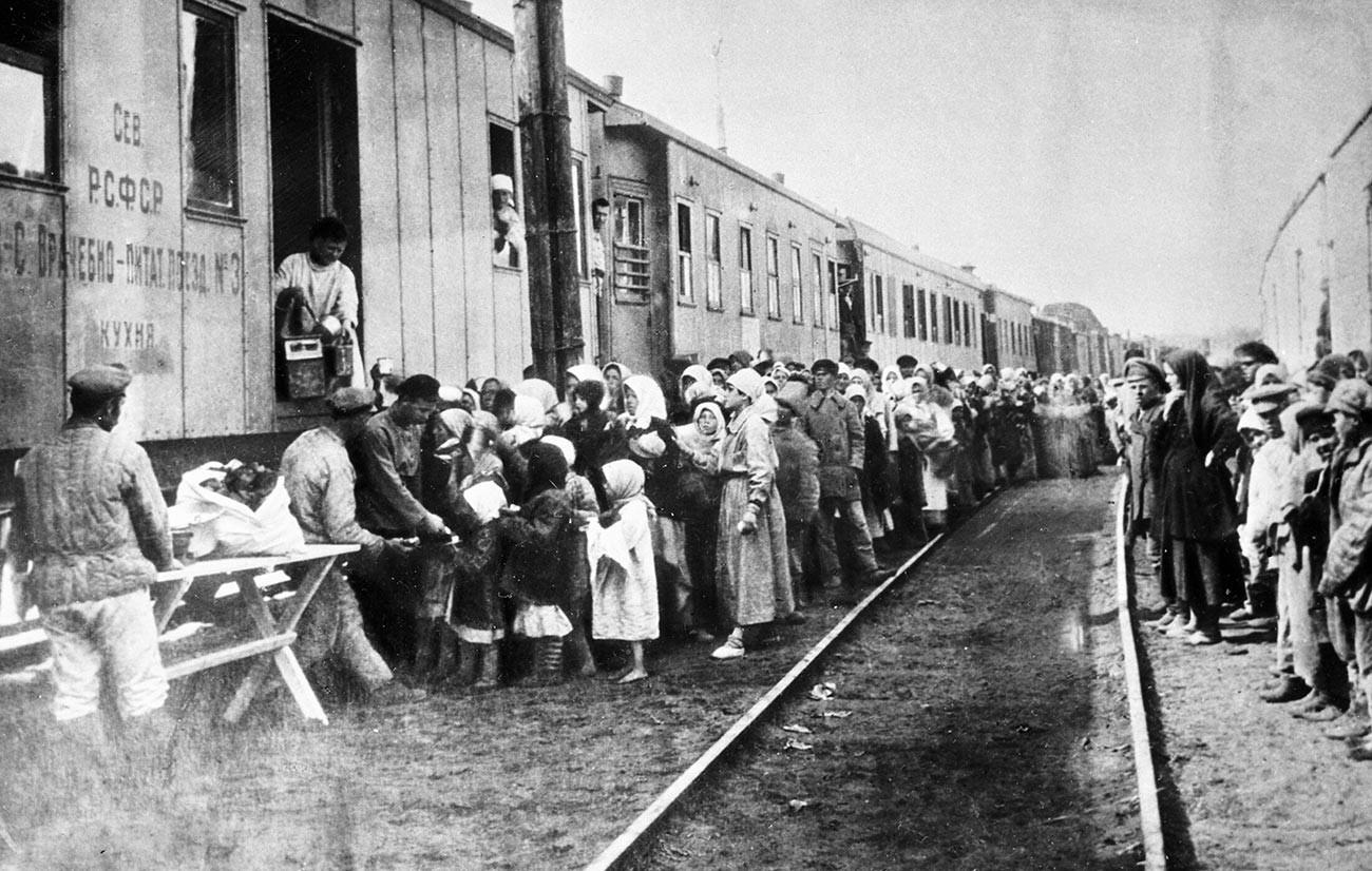 Filas para pegar almoço em centro médico e de nutrição, região do Volga