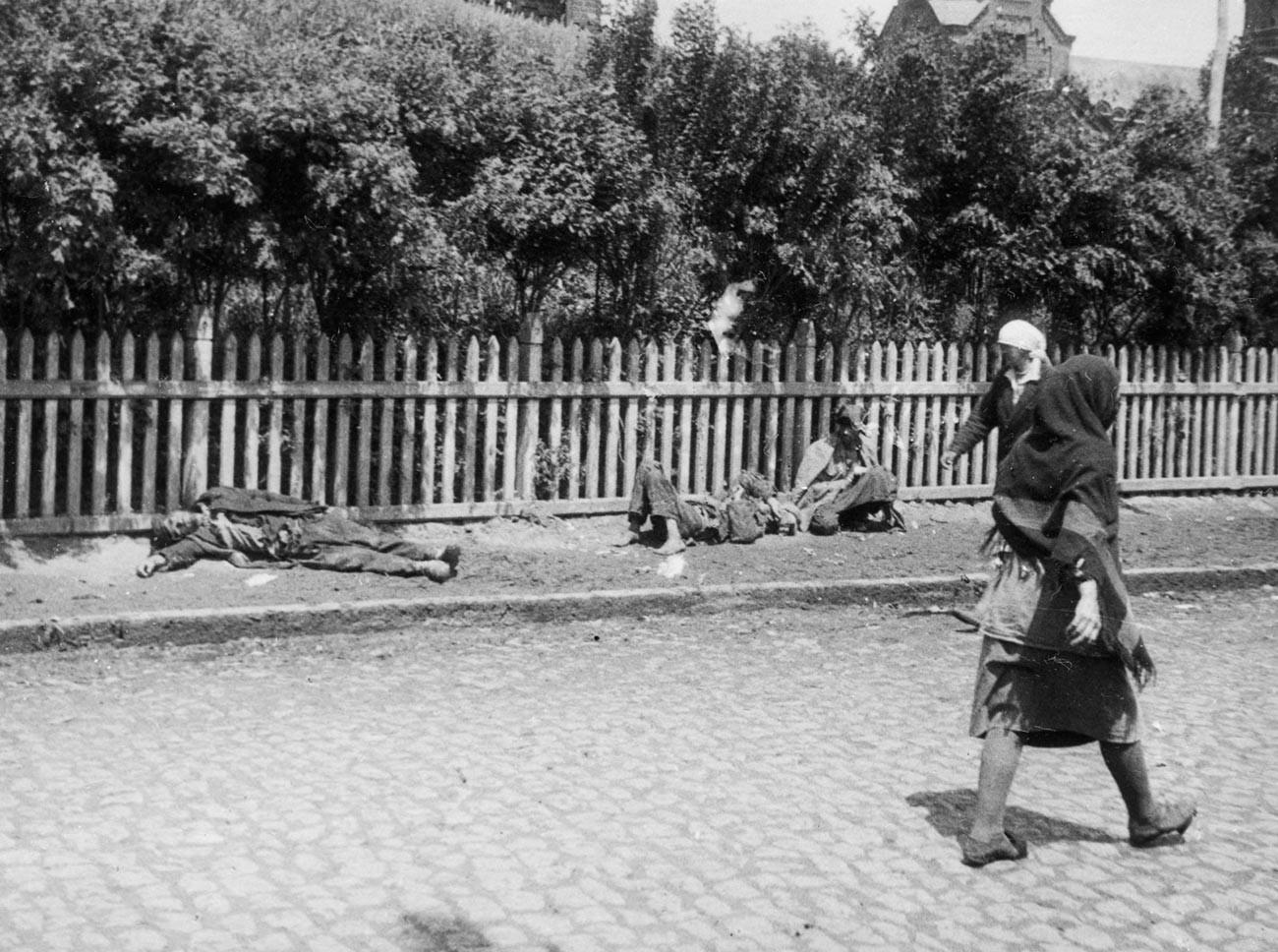Camponeses em estado de inanição em rua de Carcóvia, 1933