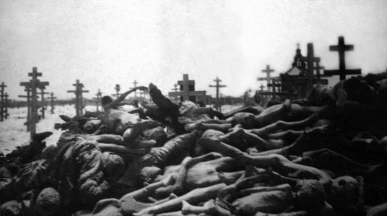 Pilhas de corpos de soviéticos que morreram de fome