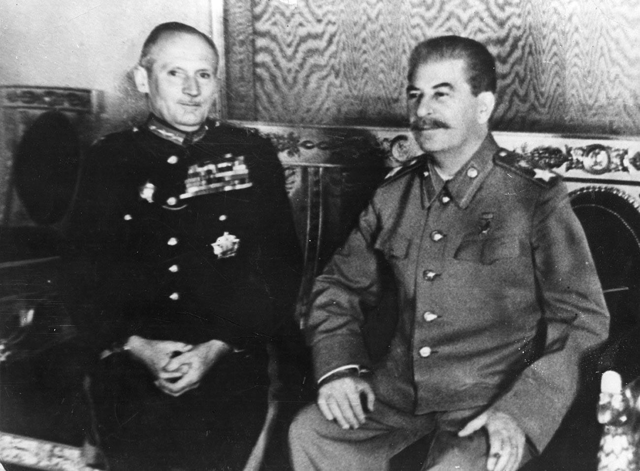 Енглески фелдмаршал Бернард Монтгомери, први виконт Монтгомери од Ел Аламејна (лево) и совјетски лидер Јосиф Стаљин.