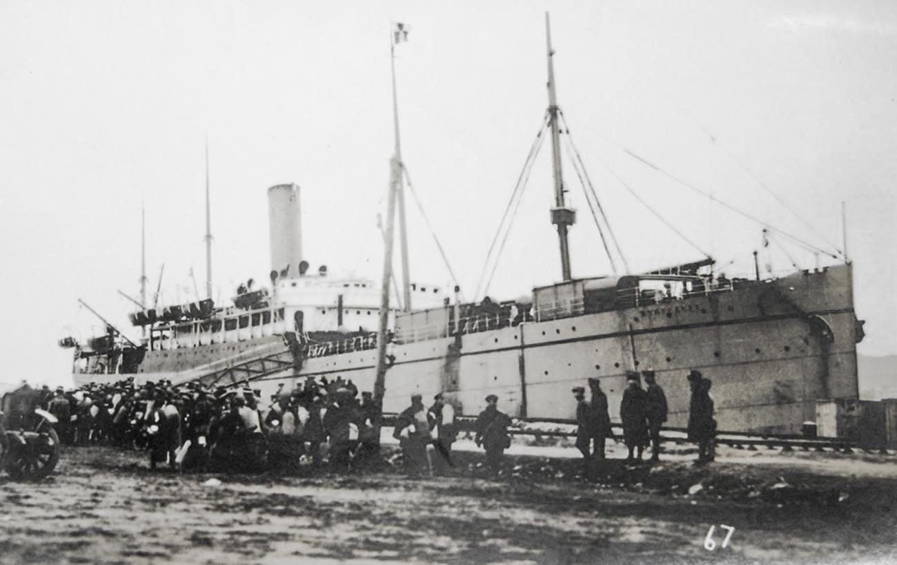 Die aufrührerischen Zwangsrekrutierten wurden mit Peitschen und Pistolen auf das Schiff getrieben.