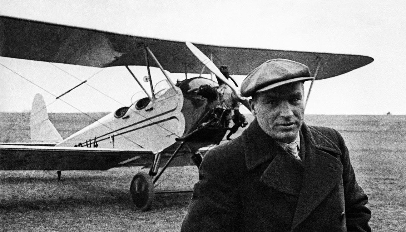 Херојот на Советскиот Сојуз Валериј Павлович Чкалов пред вежбовен авион У-2 кој го добил како подарок од Народниот комесаријат за тешка индустрија.