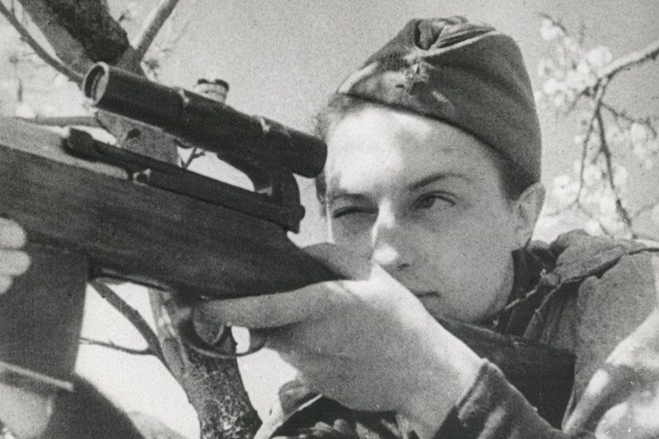 La tireuse d'élite Lioudmila Pavlitchenko, Héroïne de l'Union soviétique, sur fond d'arbre en fleur. 1942
