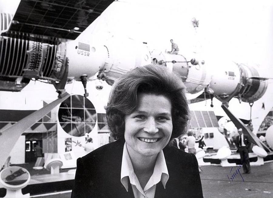 La cosmonaute Valentina Terechkova, première femme dans l'espace, lors d'une exposition dédiée à la technologie spatiale soviétique