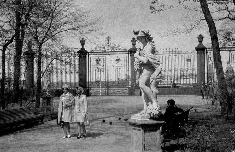 Dans le Jardin d'été de Leningrad (actuelle Saint-Pétersbourg)