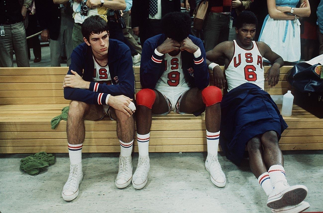 Nezadovoljni košarkarji ZDA potem, ko je bila podeljena zlata olimpijska medalja Sovjetski zvezi, München, Zahodna Nemčija, 1972.