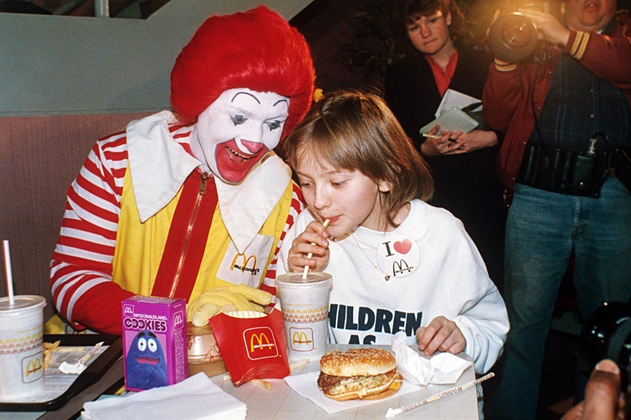 Sovjetska deklica Katja Ličeva v McDonaldsu.