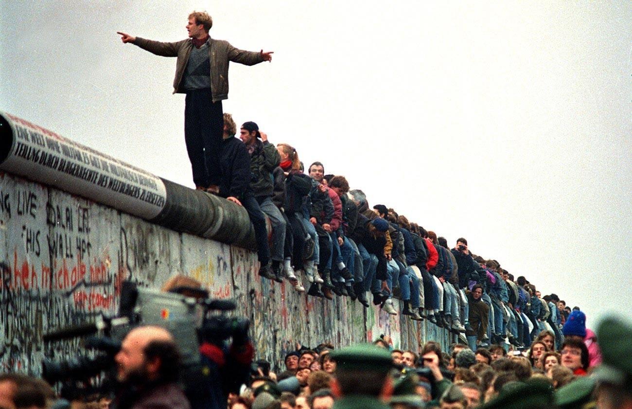 Množica prebivalcev NDR podira berlinski zid in odpira prosto pot na Zahod, Berlin, 9. november 1989.