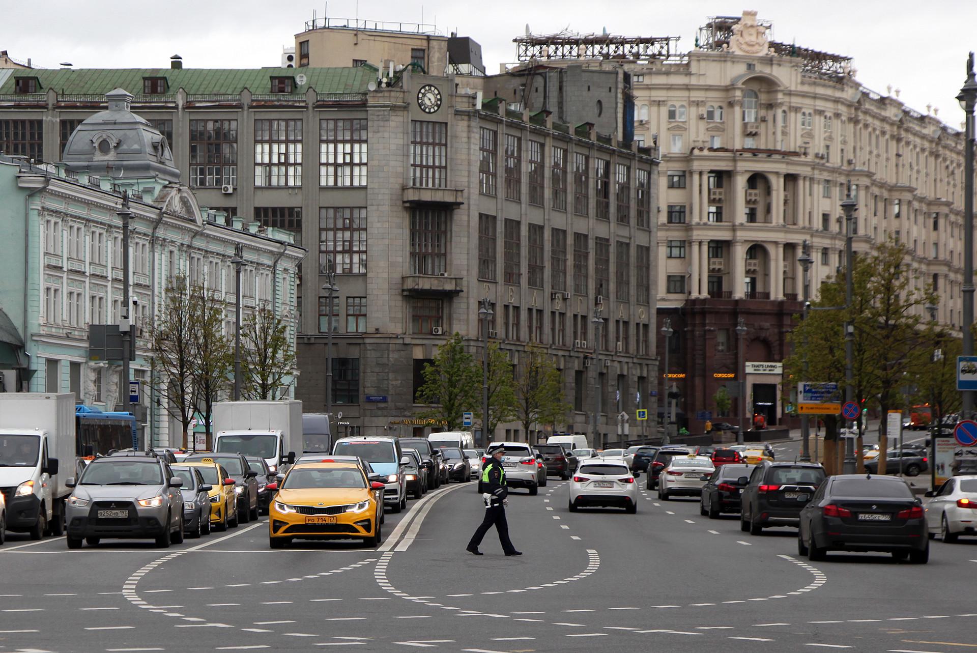 Suasana lalu lintas di Tverskaya Ulitsa cukup ramai dengan kendaraan.