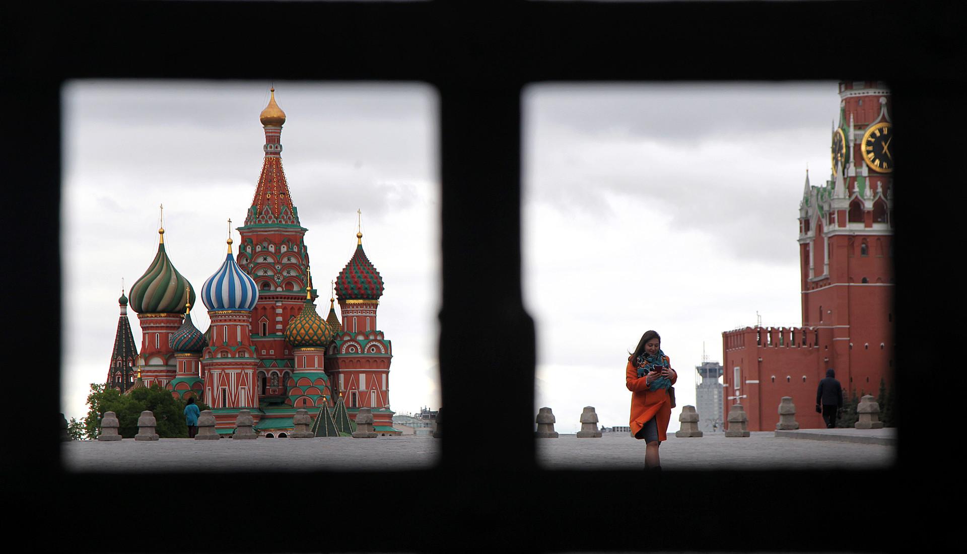 Seorang wanita berjalan di kawasan Lapangan Merah.