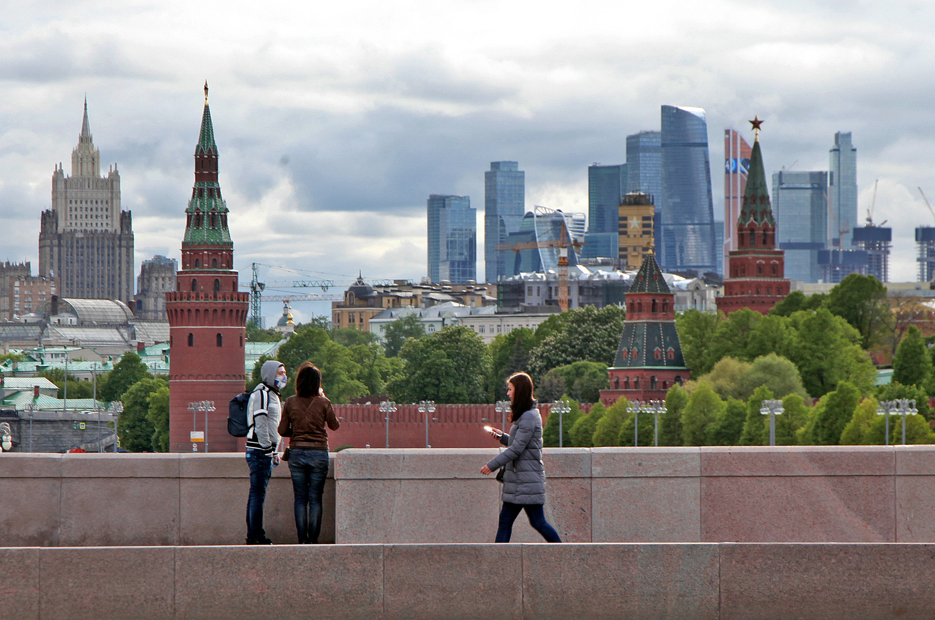 Suasana di Jembatan Moskvoretsky Bolshoy dengan pemandangan Kremlin, Distrik Bisnis Moscow City, dan gedung Kementerian Luar Negeri Rusia  — salah satu dari tujuh gedung kembar Stalin.
