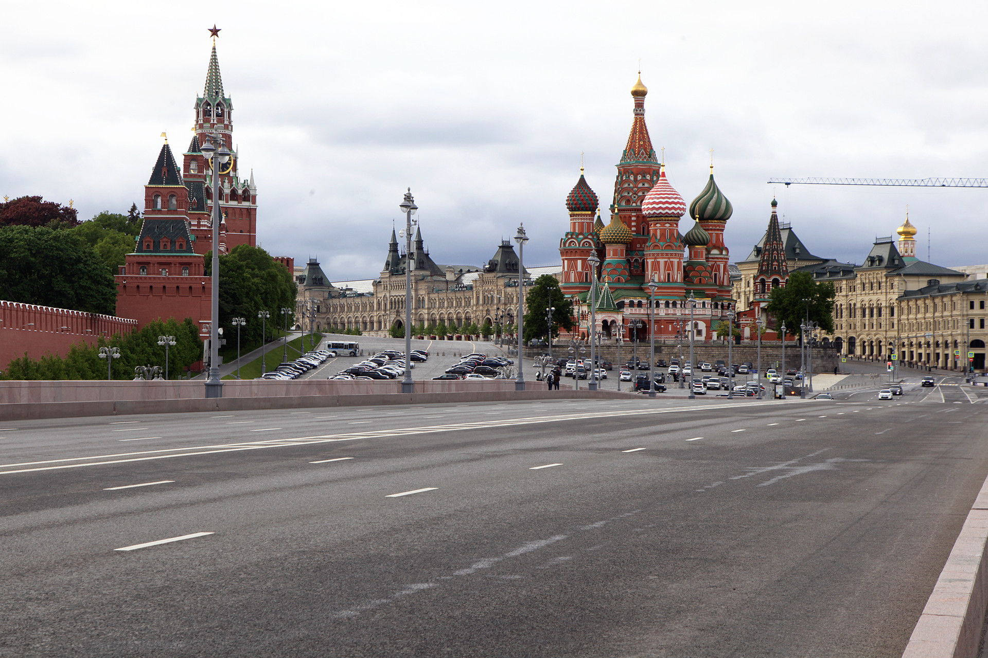 Suasana lalu lintas di Jembatan Bolshoy Moskvoretsky yang sepi dari kendaraan.