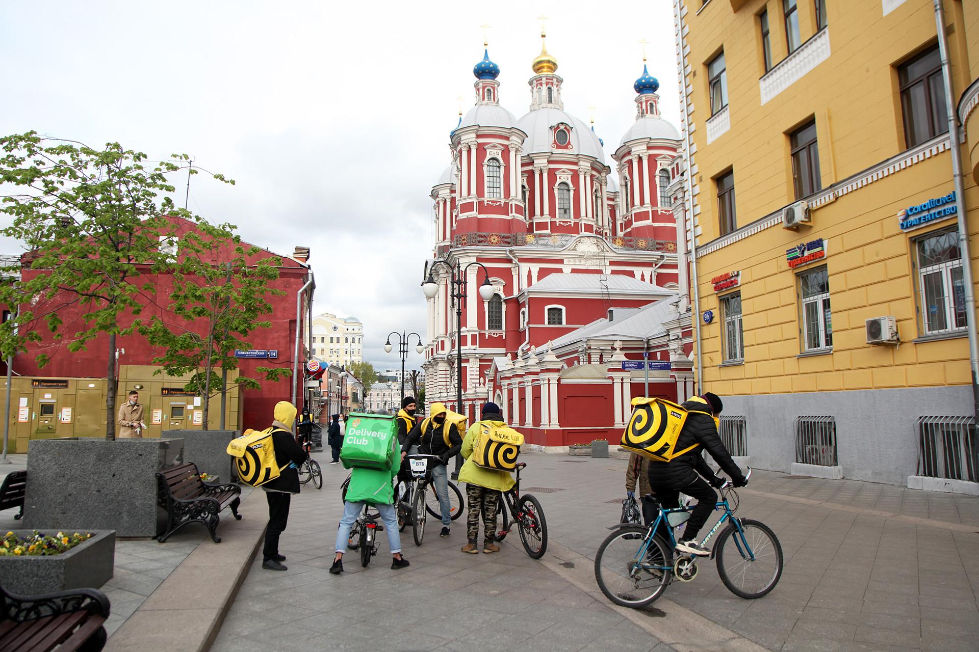 Sejumlah kurir makanan berkumpul tidak jauh dari Stasiun Metro Tretyakovskaya, tempat terdapat banyak restoran cepat saji yang hanya melayani pengiriman atau menerima pesanan.