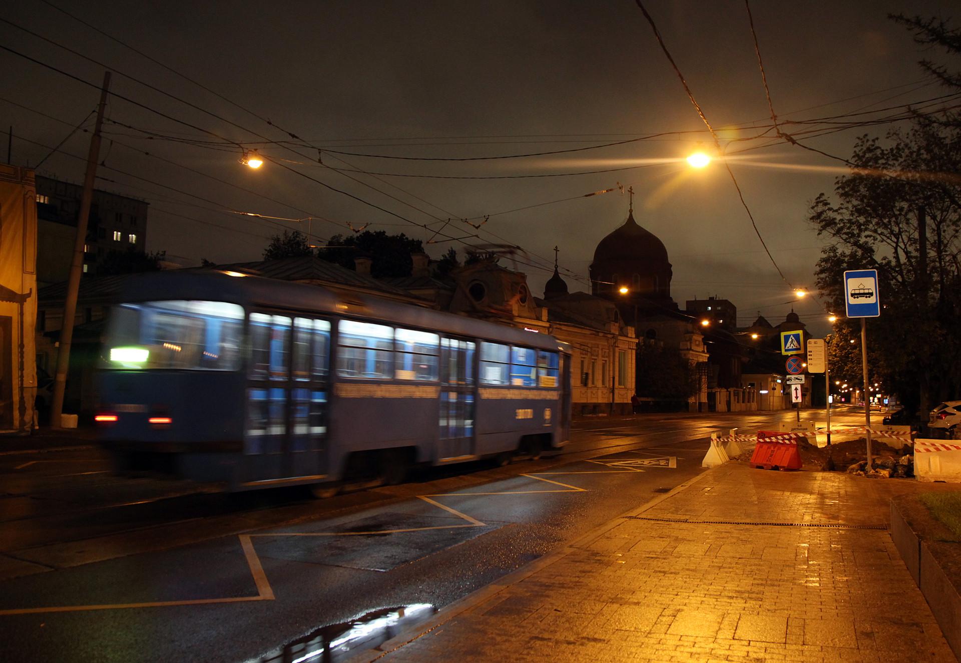 Sebuah trem yang hampir tidak ada penumpang melintas di Novokuznetskaya Ulitsa.