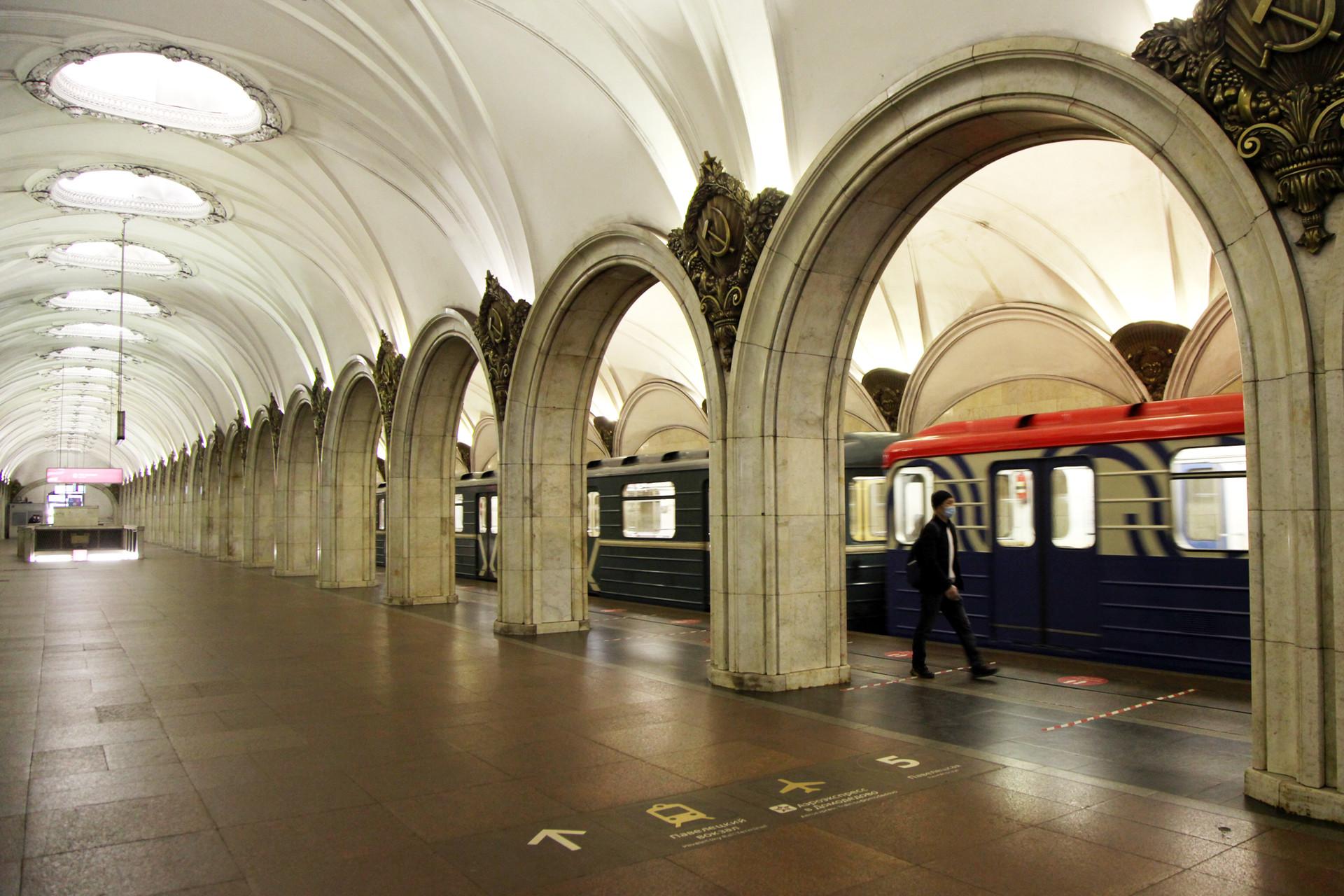 Suasana Stasiun Metro (kereta bawah tanah) Paveletskaya yang sepi penumpang.