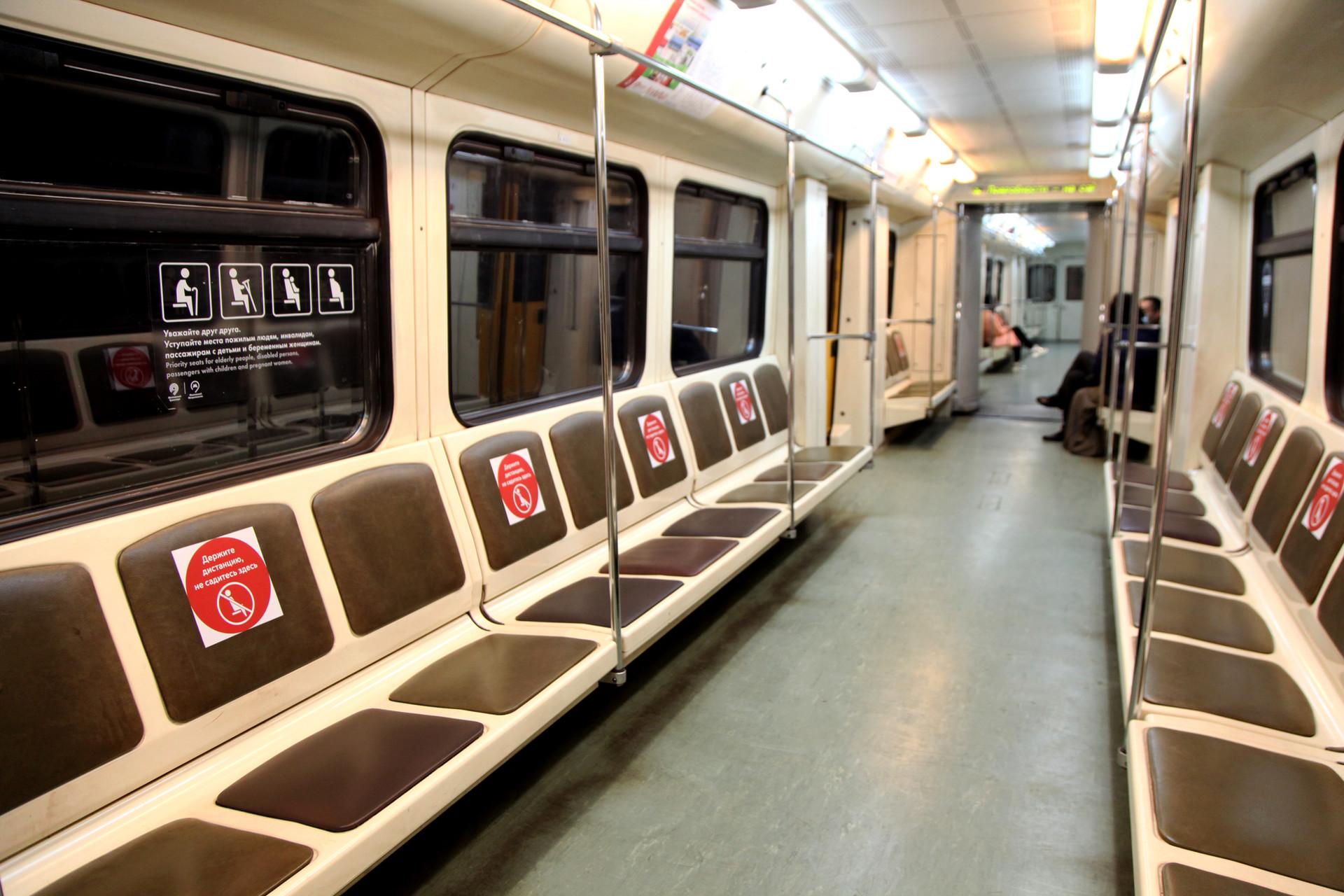 Suasana gerbong metro yang nyaris kosong. Beberapa gerbong bahkan terlihat tanpa penumpang sama sekali.