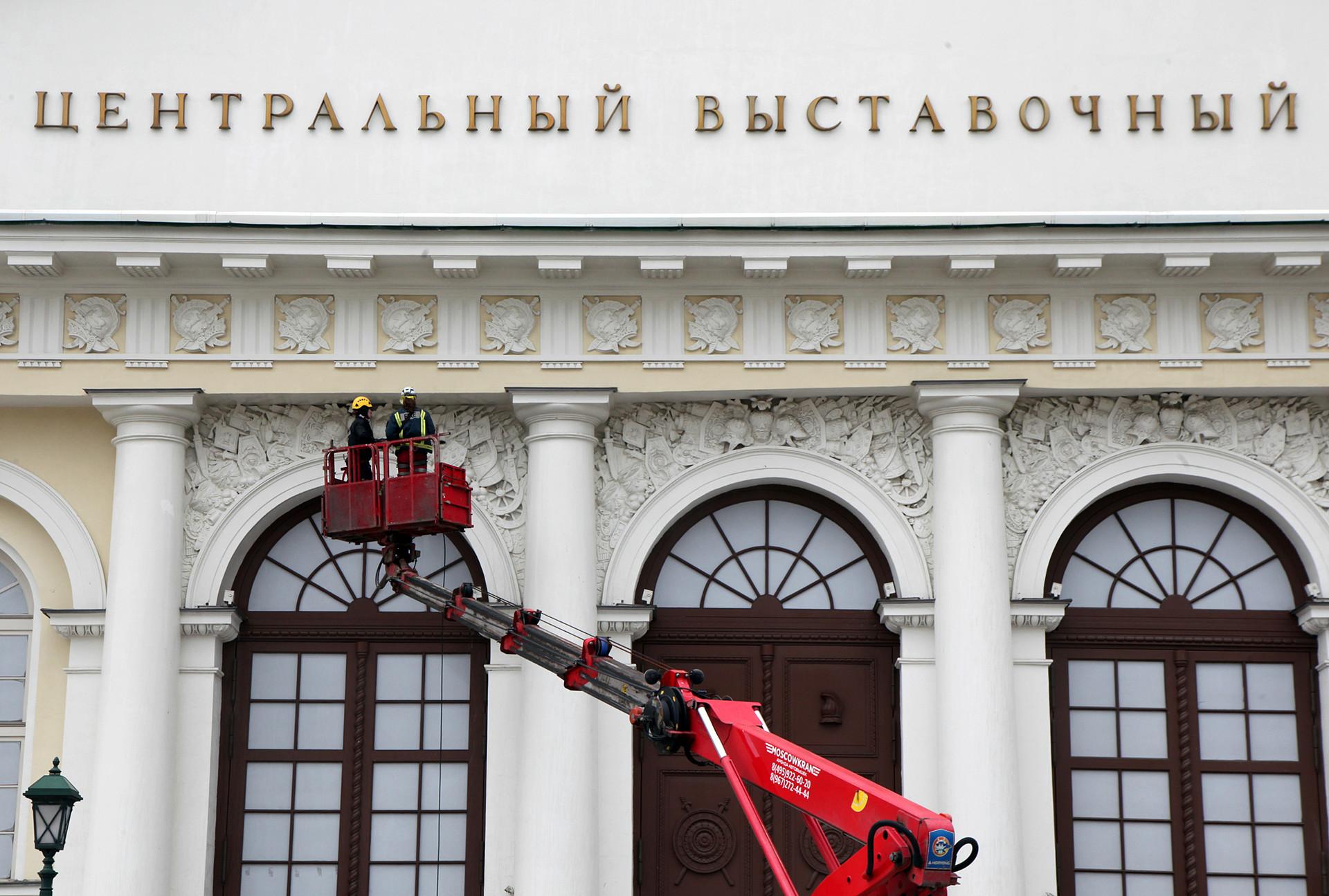 Pekerja melakukan pemeliharaan gedung Balai Pameran Pusat 'Manege'.