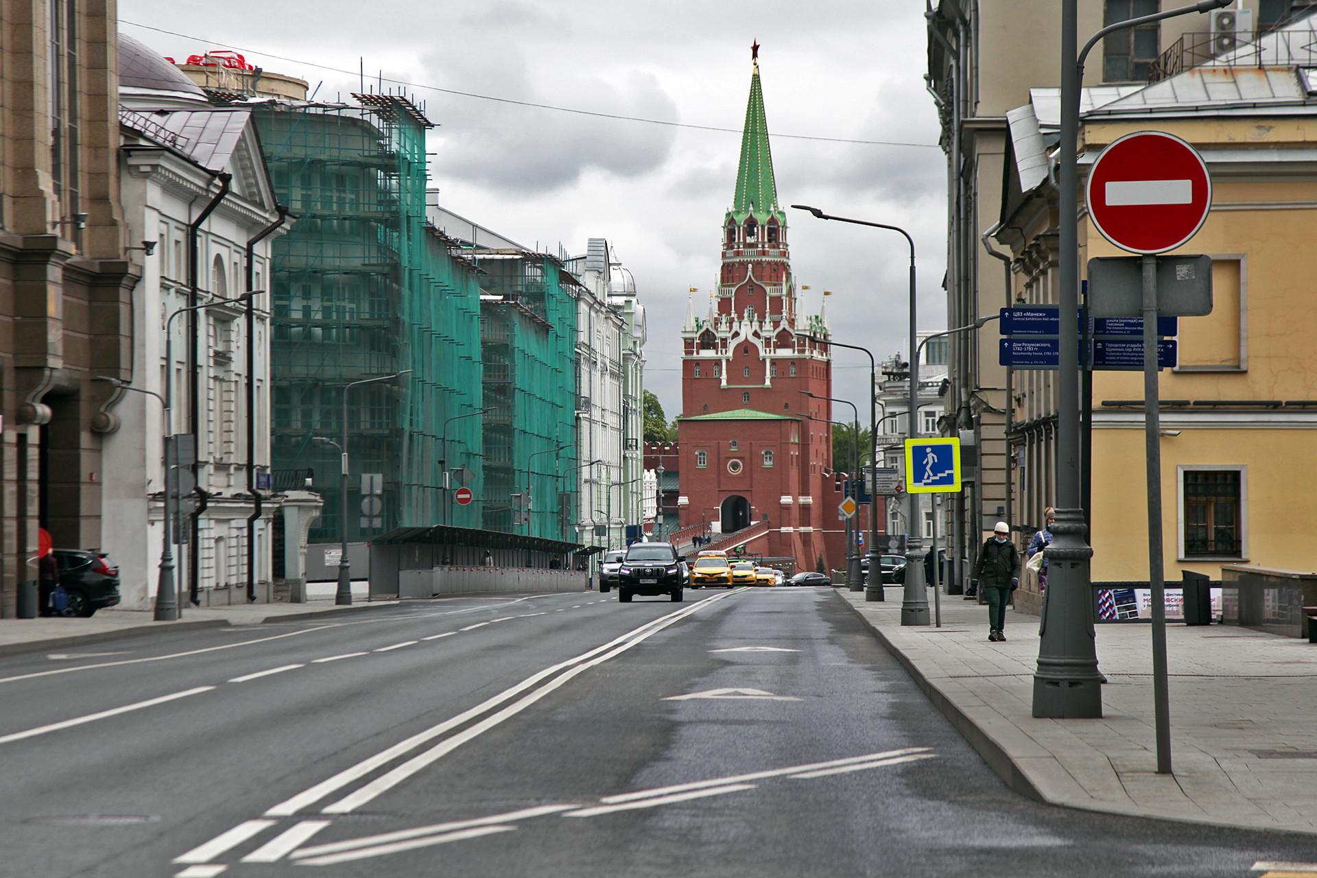 Suasana lalu lintas di Vozdvizhenkaya Ulitsa yang sepi dari kendaraan.