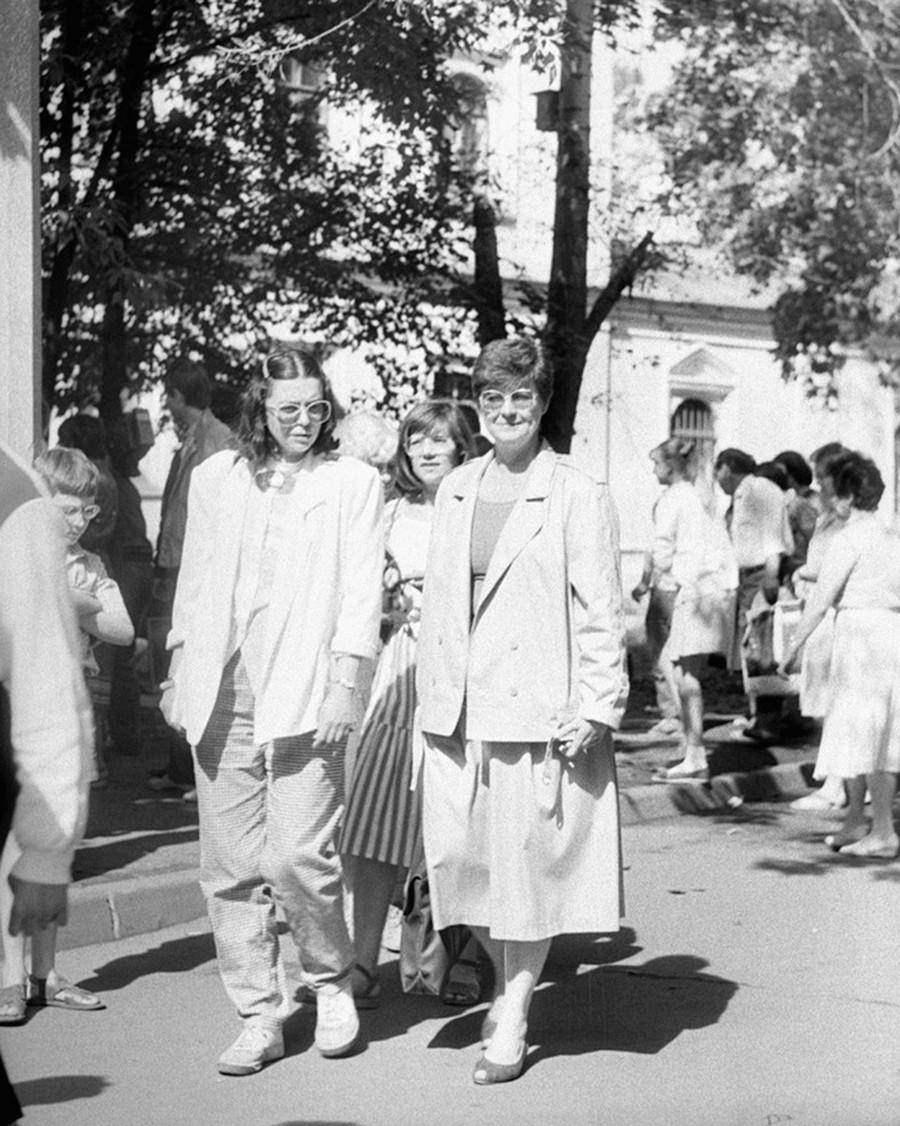 イズマイロフスキーヴェルニサージ(屋外絵画展覧会場)の来訪者たち