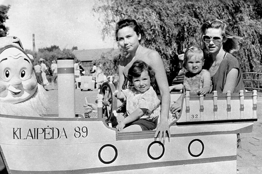 リトアニア・ソヴィエト社会主義共和国のクライペダの遊園地で子供を連れた若い母親たち