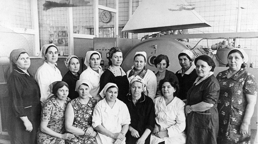 イルビト鏡工場の作業員たち