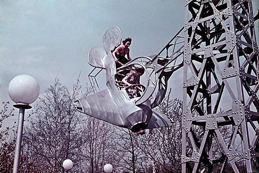Качели-самолет, Измайловский парк, 1962.