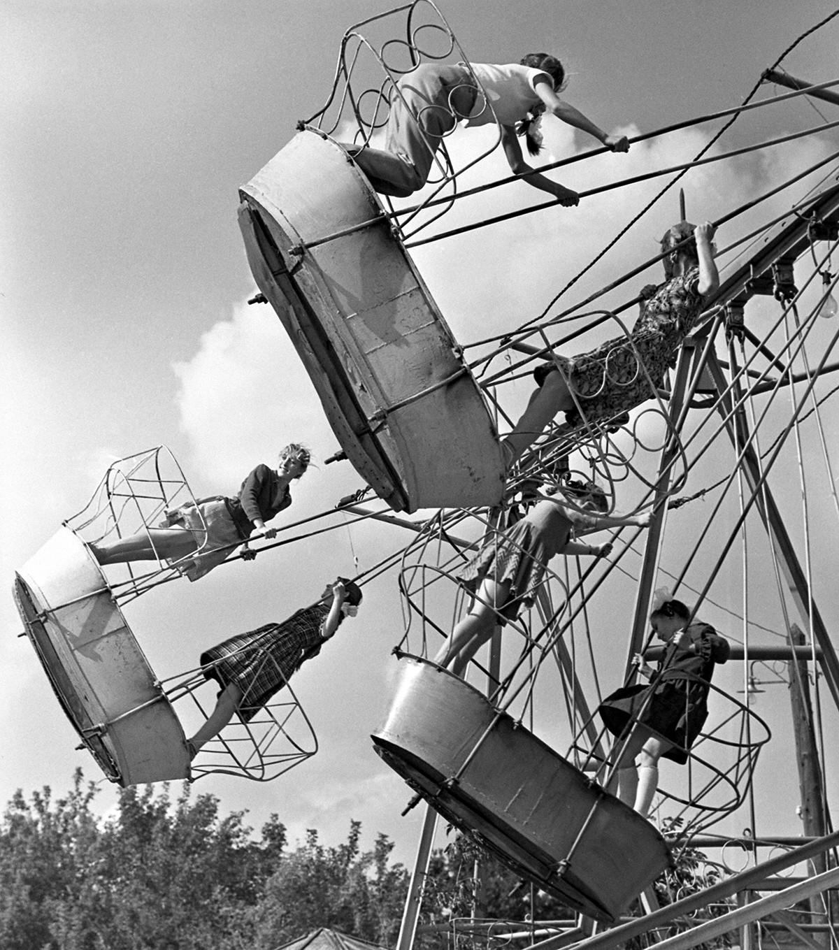 Качели-лодочки в Саратове, 1962.