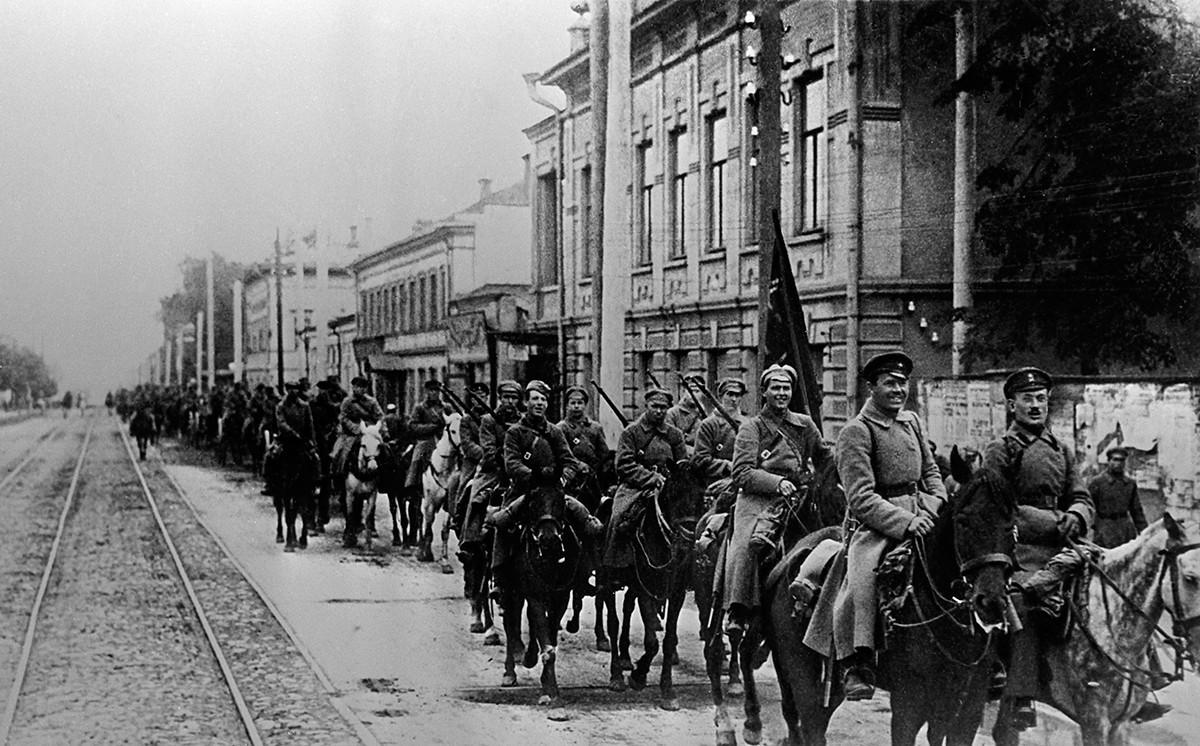 Граѓанската војна во Русија 1917-1922. Коњица на Црвената армија влегува во Казањ. 1918.