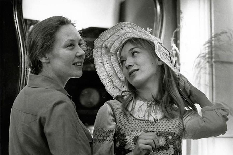 "Aktris Iya Savvina dan Elena Koreneva di lokasi pengambilan gambar film ""Asmara untuk yang Terkasih""."