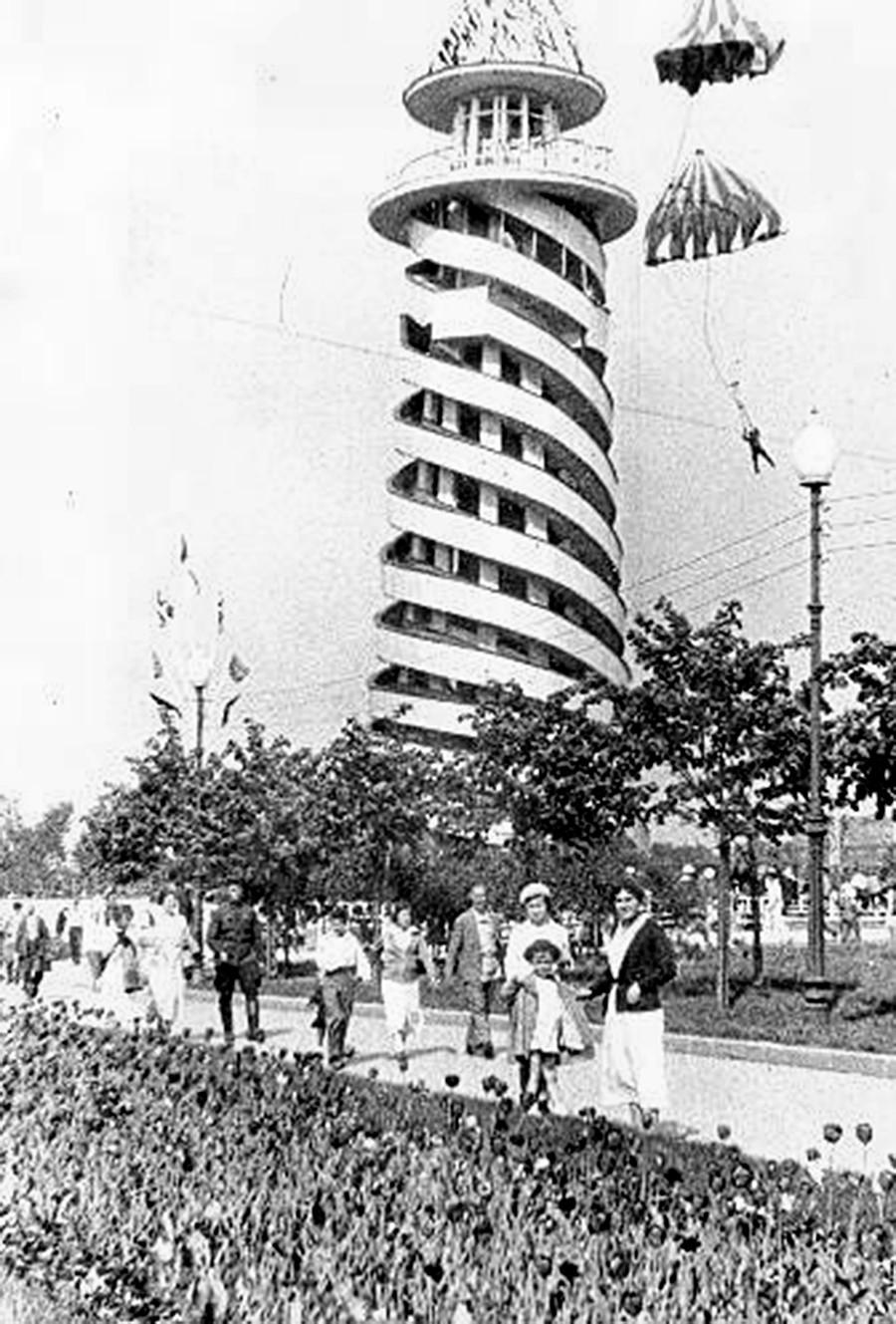 Парашютная вышка в Парке Горького, 1930-е.