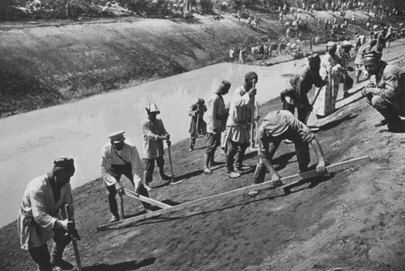 Construction work on the Great Fergana Canal named in honor of Stalin. The 350 km canal made it possible to irrigate over 500,000 hectares of land in the Uzbek, Kyrgyz, and Tajik republics; 1939.